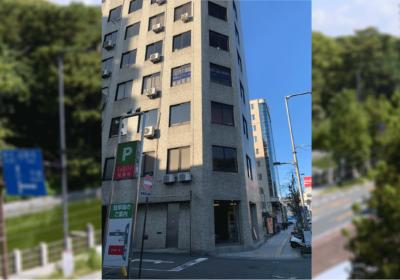 南堀端電車通り沿いの清水ビル(7階建て)の3階です。